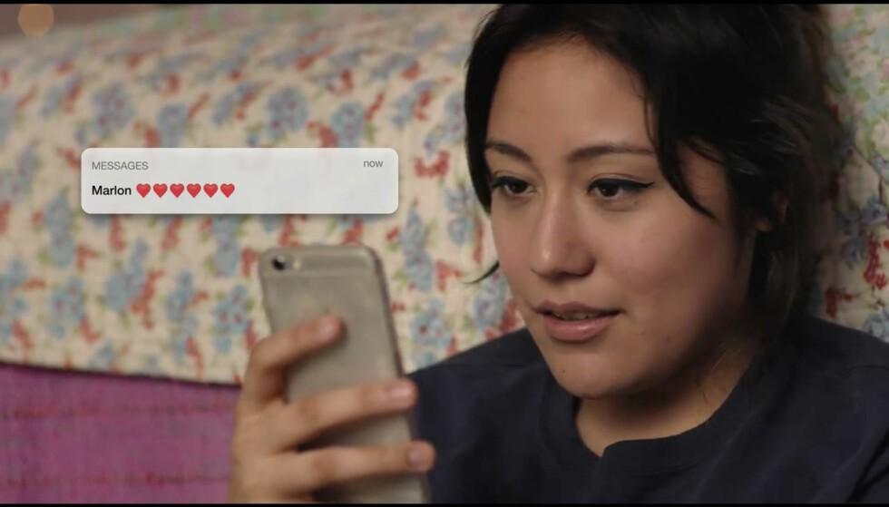SLIPP ALT DERE HAR I HENDENE, STOPP PRESSEN, RING DRONNINGEN AV ENGLAND, VI HAR FÅTT MELDING FRA MARLON, OG IKKE EN HVILKEN SOM HELST MELDING MEN EN MED SEKS HJERTER PÅ ER DERE KLAR OVER HVA DET BETYYYR!? (Ikke jeg heller) Foto: Facebook Watch