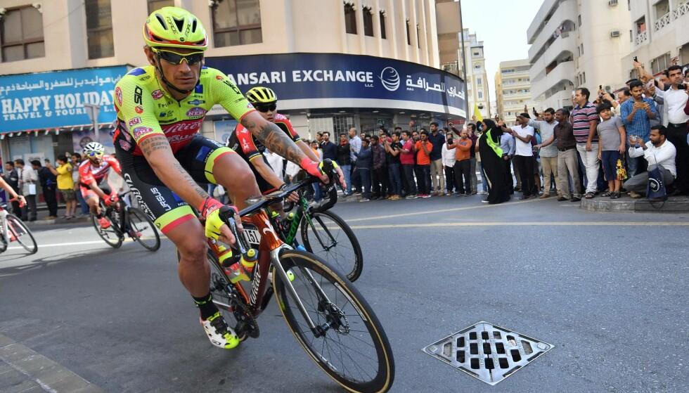 HJEM FRA GIROEN: Filippo Pozzato reiste hjem fra Giro d'Italia på grunn av sykdom i nær familie. Her er Wilier Triestina-rytteren i aksjon under Dubai Tour. FOTO:. AFP PHOTO / GIUSEPPE CACACE