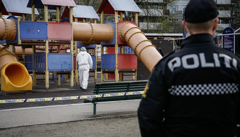 ETTERFORSKER: Krimteknikere er ved 09.30-tida torsdag formiddag på plass på lekeplassen i Sofienbergparken i Oslo etter at en kvinne i 40-åra i natt meldte om en voldtekt. Foto: Øistein Norum Monsen / Dagbladet