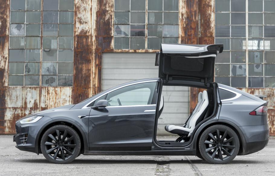 ANNERLEDES: Tesla har kommet inn som et friskt pust og tar modige avgjørelser. I dag har de verdens beste selvkjørende system i trafikk, men andre ting er de ikke riktig like bra på. Foto: Jamieson Pothecary