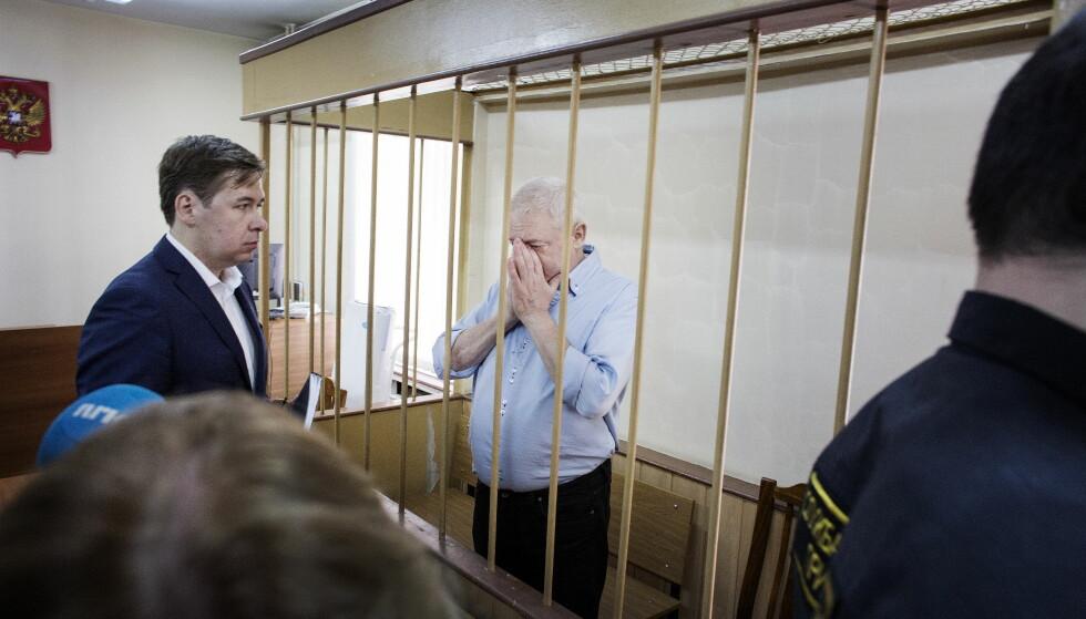 I RETTEN: Spionsiktede Frode Berg under et rettsmøte i Lefortovo-retten. Til venstre hans russiske advokat Ilja Novikov. Foto: Henning Lillegård / Dagbladet .