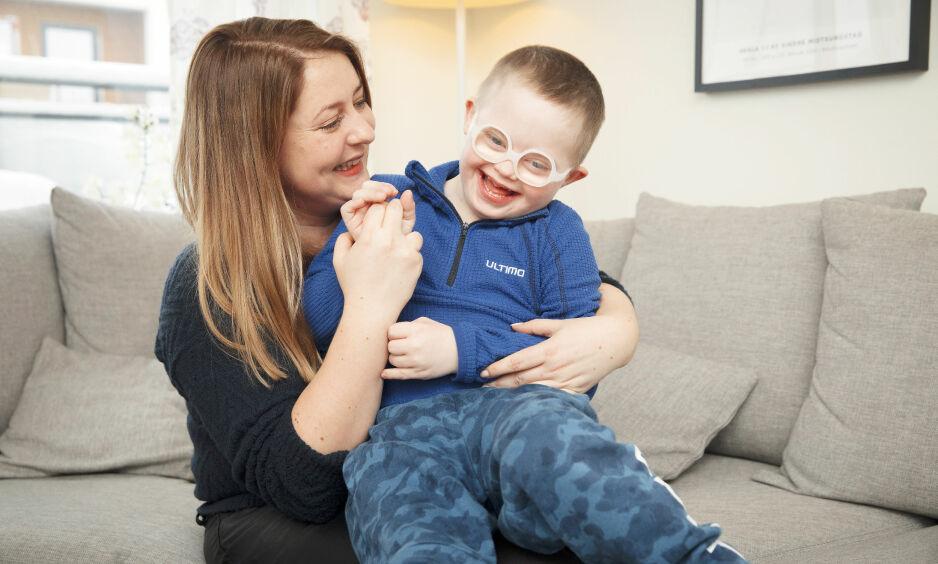 GLA'GUTT: Sindre ha en unik evne til å utstråle glede. – Det kjennes godt å ha et barn som viser alle sine følelser, sier mamma Kari Midtsundstad. Alle foto: Espen Solli og Privat