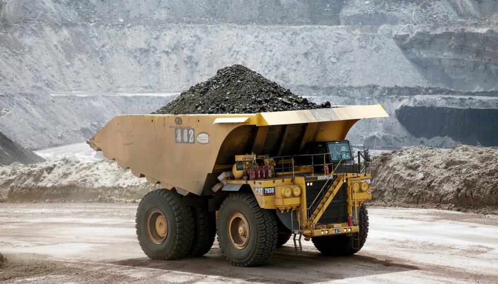 FORTSATT KULL I OLJEFONDET: En ny rapport skriver Greenpeace at Oljefondet fortsatt har 77 milliarder investert i kullselskaper. Nå ber de Stortinget sørge for at flere av selskapene kastes ut. Bildet er ment som illustrasjon, og er fra en kullgruve i Wyoming i USA. Oljefondet investerer ikke i selskapet som driver denne gruven. Foto: Kristina Barker / File Photo / Reuters / NTB Scanpix