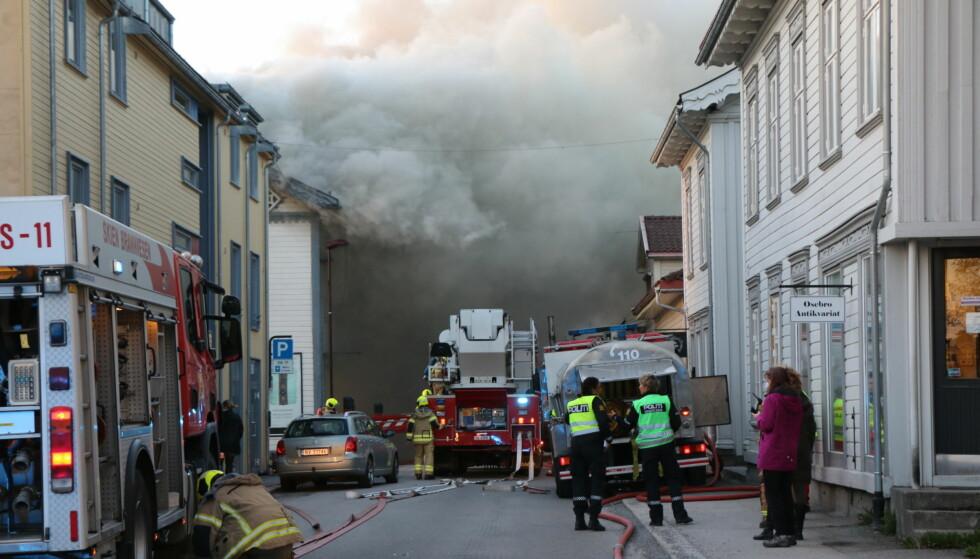 BRANN: Brannvesenet og politiet melder begge om utrykning til brann i Storgata i Porsgrunn. Foto: Theo Aasland Valen