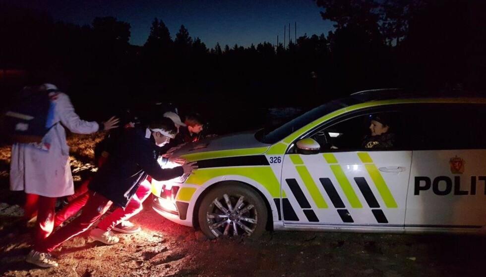 HJALP POLITIET: Russen i Trondheim fikk politipatruljen ut av knipa da politibilen havnet i grøfta. Foto: Politiet