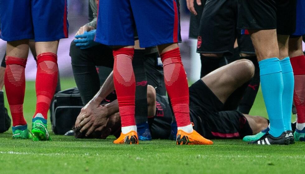 STORE SMERTER: Laurent Koscielny vred seg i smerte etter en alvorlig skade i Europa League-semifinalen mot Atletico Madrid. Foto: Ruben Albarran/REX/Shutterstock/NTB scanpix