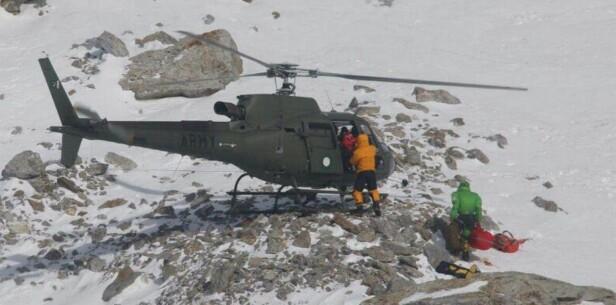 REDDET: Her blir Revol reddet av de to polske klatrerne. Foto: NTB Scanpix