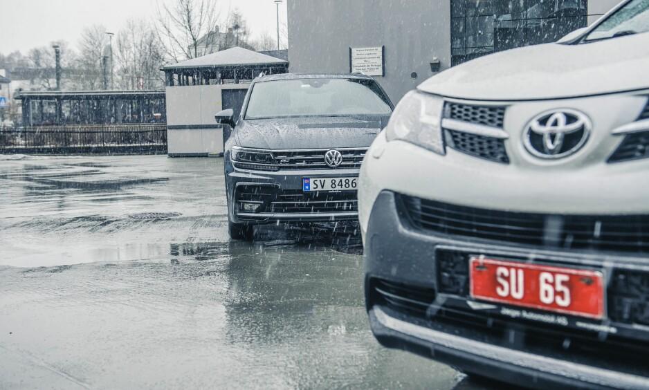 TO TRYGGE KJØP: Volkswagen Tiguan (t.v) og Toyota RAV4 er to trygge kjøp, men vi har valgt en vinner i denne duellen mellom to biler som begge byr på en relativt fredelig bilhverdag. Alle foto: Kaj Alver