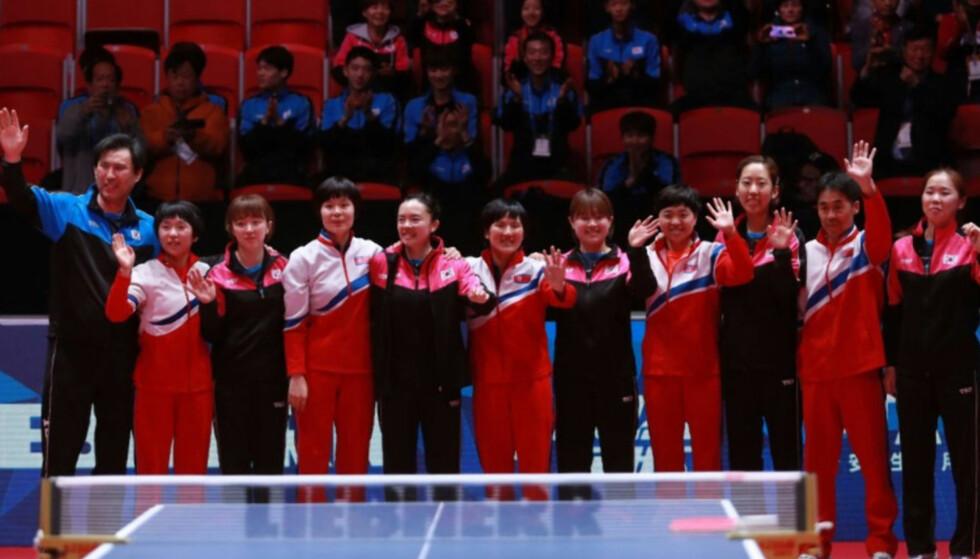 SLÅR SEG SEG SAMMEN: Spillerne fra Nord- og Sør-Korea etter at det ble klart at de kan stille et felles lag i bordtennis-VM.
