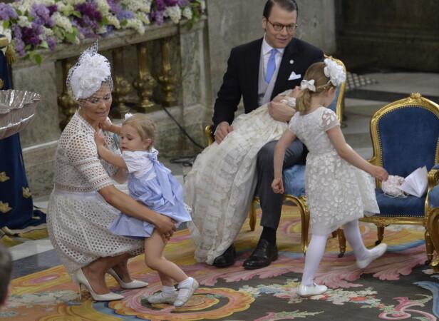 ALT GIKK GALT: Selv for kongelige kan det være vanskelig å få alt til å gå på skinner. Her gikk alt galt da den svenske kronprinsesse Victoria forsøkte å ta et familieportrett med familien sin. Foto: NTB Scanpix