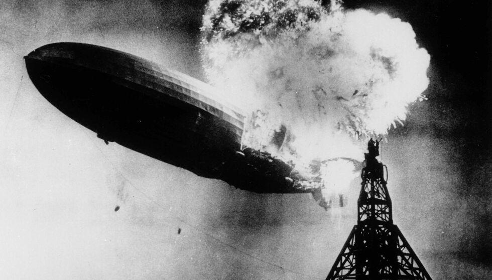 KATASTROFEN: Luftskipet Hindenburg i det hydrogengassen tok fyr. To menn står i toppen av luftskipsmasta. AP Photo/Philadelphia Public Ledger/Scanpix.