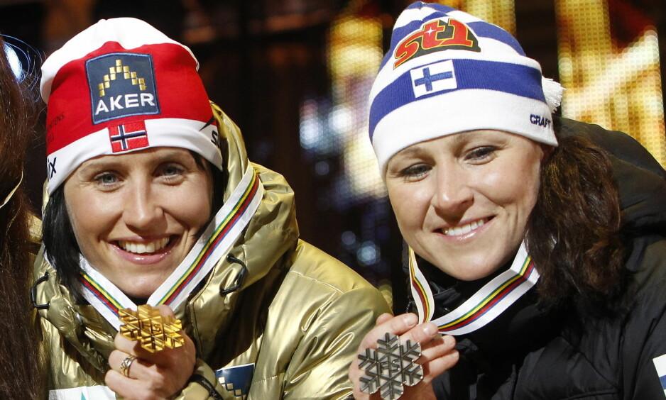 LEGGER OPP: Aino-Kaisa Saarinen legger skiene på hylla i likhet med Marit Bjørgen. Foto: Gorm Kallestad / NTB Scanpix