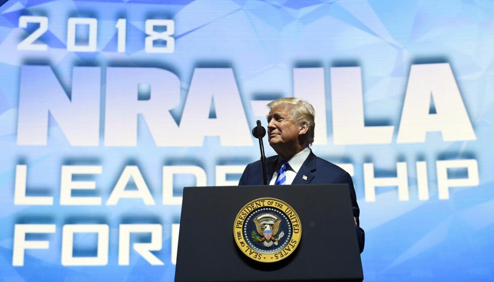 HOVEDTALER: President Donald Trump var fredag kveld på talerstolen under årsmøtet til NRA. Foto: AP / NTB Scanpix