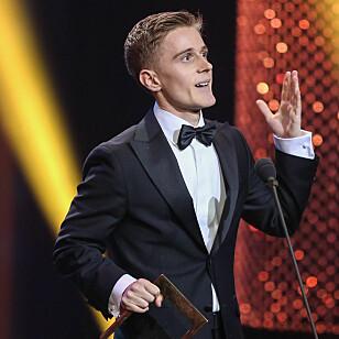 HYLLET: Skuespiller Axel Bøyum mottok Gullruten-pris for sin rolle i NRK-suksessen «Heimebane». Foto: TV 2
