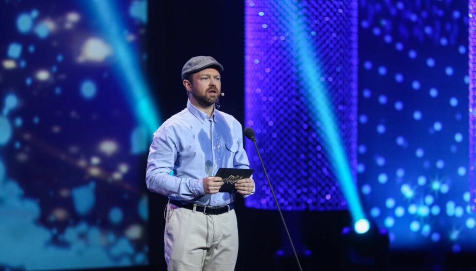 HUMOR: John Brungot ble tilsynelatende gjennomsvett mens han tværet ut tiden før han leste opp vinneren i kategorien «beste konkurransedrevne reality». Foto: TV 2