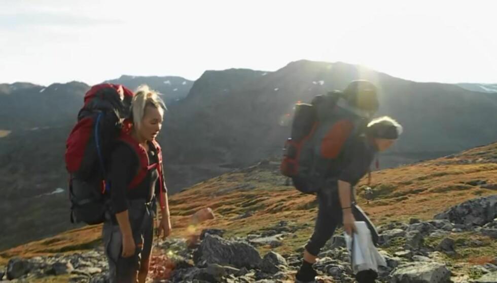 TUNGT: Det ble for tungt for Carina Dahl i semifinalen på vidda i Finnmark. Her sammen med lagkamerat Marthe Kristoffersen. Foto: Discovery