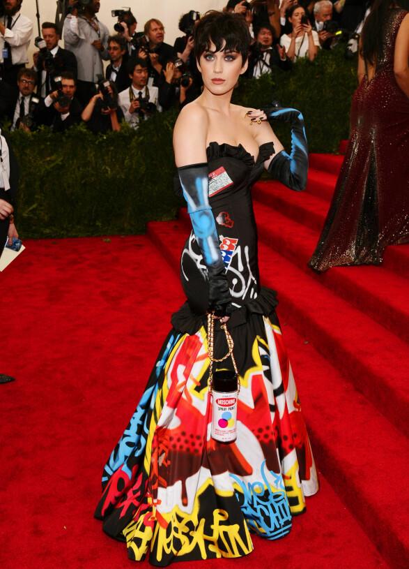 SPRAYBOKS: Katy Perry på Met-gallaen i 2015 i kjole fra Moshino. Foto: NTB Scanpix
