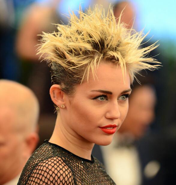 DRISTIG HÅR: Miley Cyrus fikk mer oppmerksomhet for håret som hun fikk for sin dristige kjole under Met-gallaen i 2015. Foto: NTB Scanpix
