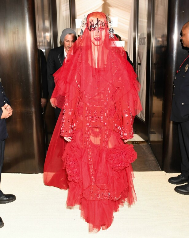 STORE OVERSKRIFTER: Katy Perry skapte storeoverskrifter for kjolen som er designet av John Galliano i 2017. Foto: NTB Scanpix
