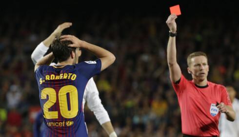 Sergi Roberto blir vist det røde kortet. Foto: AP Photo/Emilio Morenatti