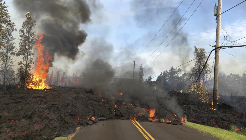 LAVA: Lørdag morgen flommet lava sakte, men sikkert utover Hookapu-veien i Leilani Estates. Foto: AP / NTB scanpix
