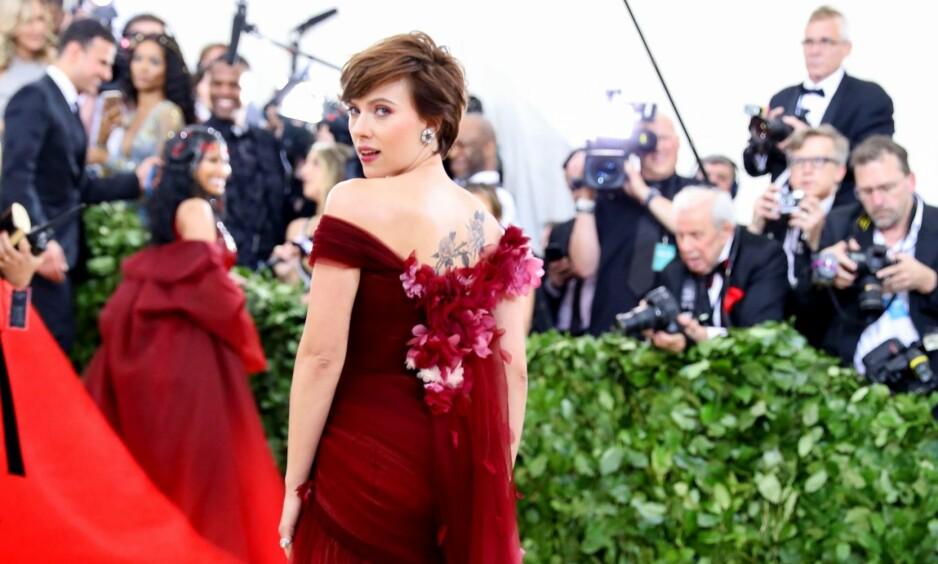 VAKTE OPPSIKT: Skuespiller Scarlett Johansson vakte oppsikt med designervalg under årets Met-galla. Foto: NTB Scanpix