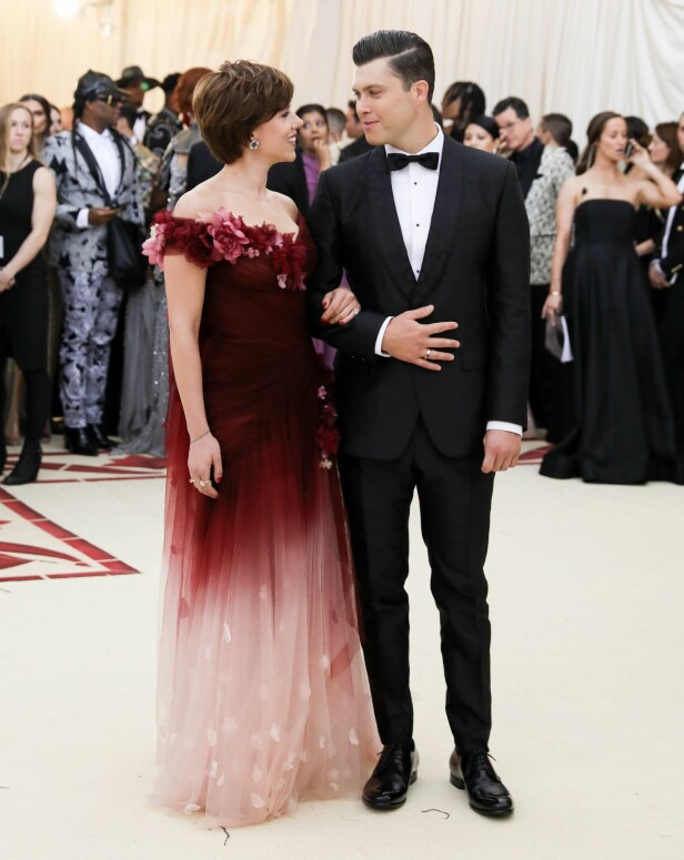 FORELSKET: Scarlett Johansson ankom Met-gallaen sammen med komikeren og kjæresten Colin Jost. Foto: NTB Scanpix
