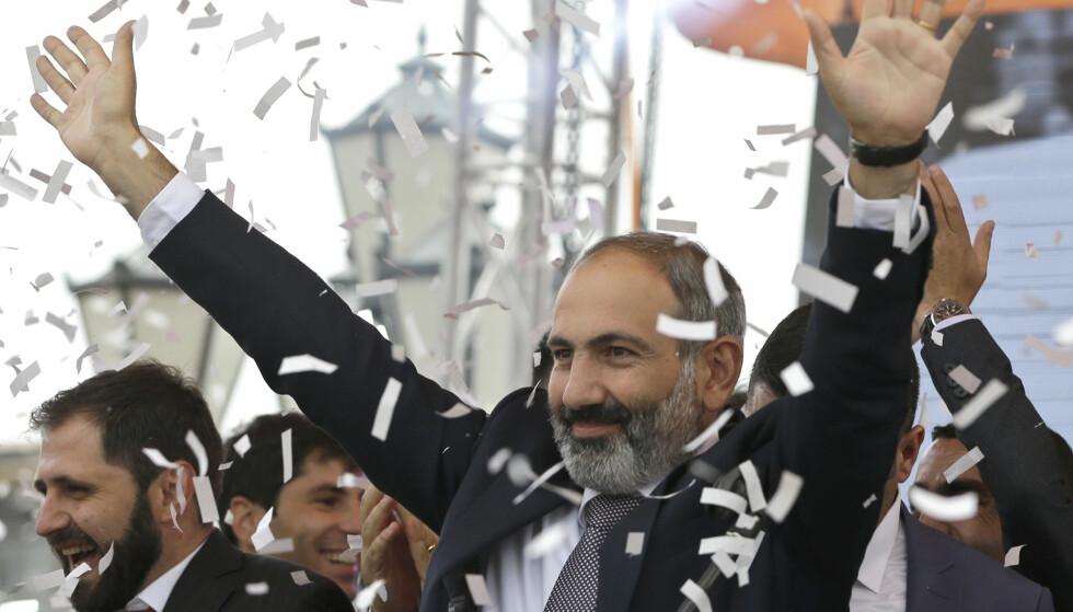 SEIERENS ØYEBLIKK: Nikol Pashinian lar seg hylle som statsminister i Armenias hovedstad Jerevan. Foto: AP / NTB Scanpix