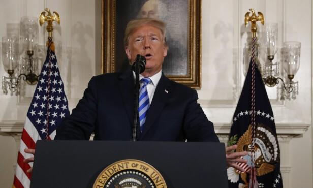 UT MOT REGIMET: Donald Trump mener Iran har fortsatt jakten på atomvåpen, på tross av avtalen med Vesten. Han gikk til kraftig angrep på det iranske regimet da han i kveld kunngjorde at USA trekker seg fra avtalen. Foto: REUTERS/Jonathan Ernst/NTB Scanpix