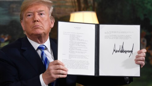 BEVISET: Her er dokumentet som gjeninnfører sanksjoner mot Iran. USA trekker seg ut av atomavtalen med landet. Donald Trump sier han vil ha en ny avtale. Flere av hans allierte frykter avtalen er den fremste hindringen for at Iran skaffer seg atomvåpen. Foto: AFP PHOTO / Saul LOEB / NTB Scanpix