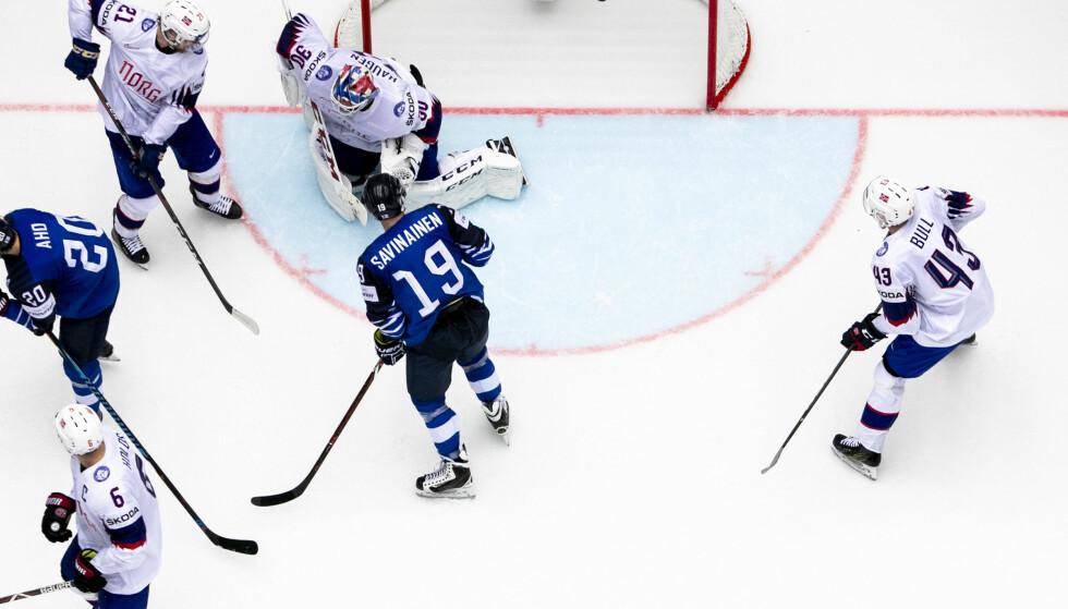 FIKK BANK: Norge fikk sju i sekken mot de finske stjernene i VM tirsdag kveld. Foto: NTB/Scanpix