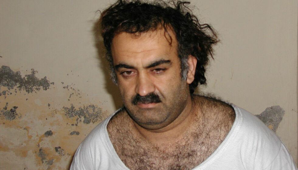 PÅGREPET: Khalid Sheikh Mohammed ble pågrepet i Pakistan for å har orkestrert terrorangrepene 11. september 2001. Siden har han sittet i en rekke CIA-fengsler og militærbaser. Her fotografert kort tid etter pågripelsen i 2003. Foto: AP / NTB Scanpix