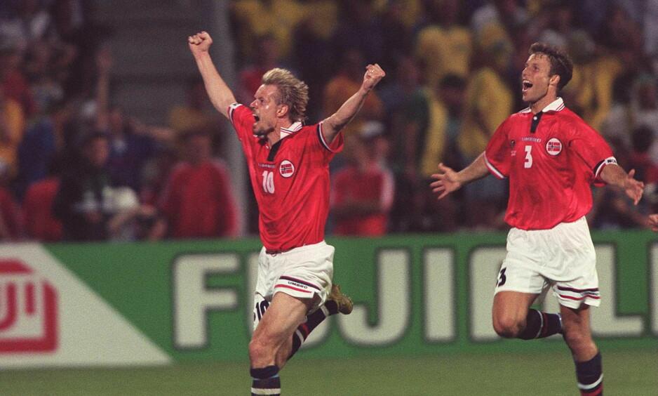 STORT: Kjetil Rekdal feirer vinnermålet under kampen mot Brasil i fotball-VM 1998. 20 år etter har Marius Lien skrevet bok om begivenheten. Foto: Foto: Ben Radford / ALLSPORT