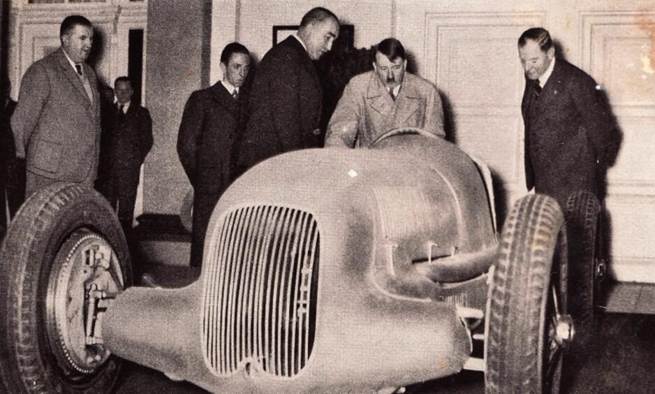 BILGAL: Hitler var opptatt av teknikk og moderne biler. Her besøker han BMWs stand under en bilmesse i 1935. Foto: Tysk propaganda
