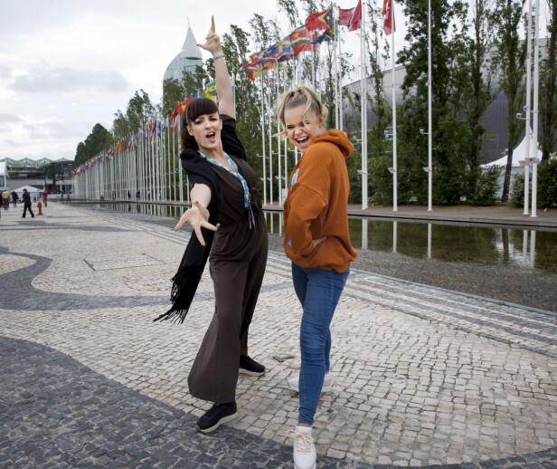 RYBAK FEBER: Lene og Lisa kan melde om Rybak-feber i Lisboa. Nå skal de kjempe om å ta seieren hjem til Norge, men først venter semifinalen torsdag kveld. Foto: Henning Lillegård / Dagbladet .