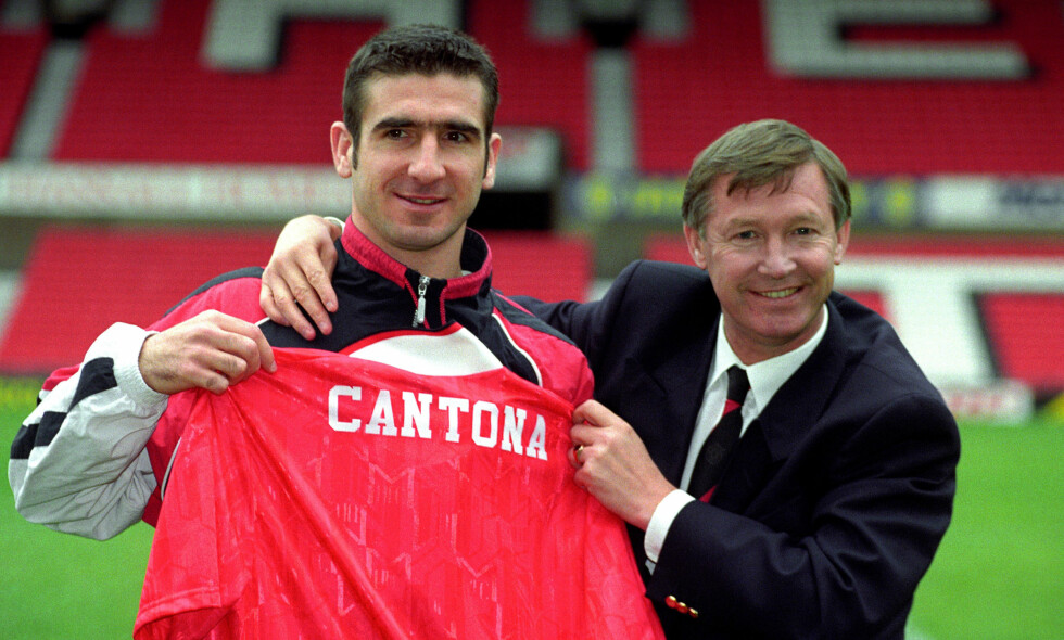 EN LYTTER: Steve Bruce og Gary Pallister skrøt Leeds-spiller Eric Cantona opp i skyene mens de badet. Like etter var superspissen i Alex Fergusons armer. Foto: Malcolm Croft / Pa Photos / NTB Scanpix