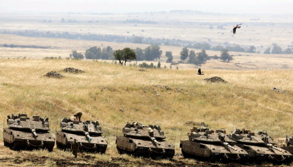 OKKUPERT: Israelske Merkava-stridsvogner er avbildet nær grensa til Syria på de okkuperte Golanhøydene i dag. Foto: Menahem Kahana / AFP / NTB Scanpix