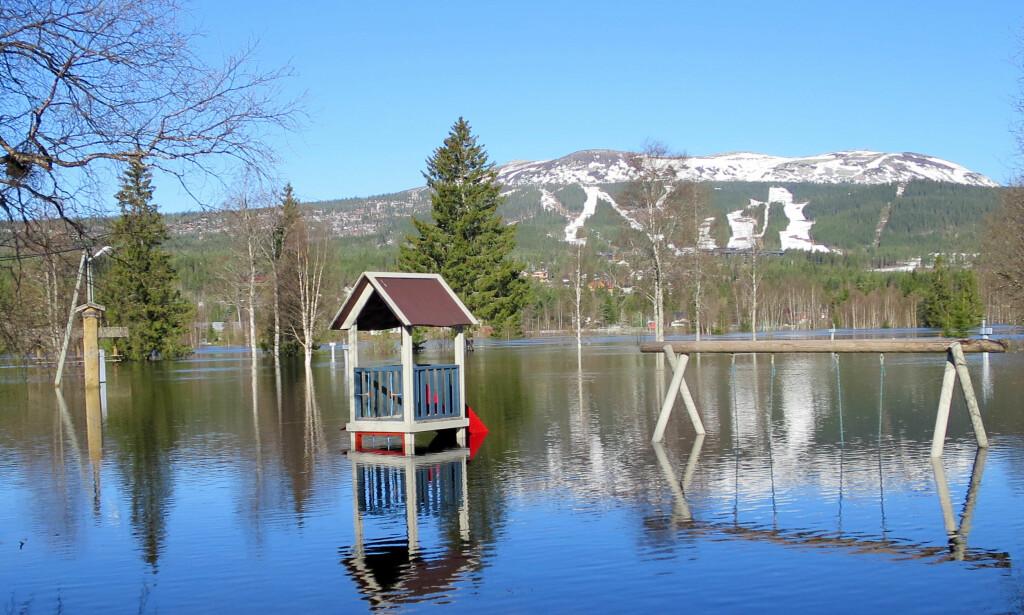 OVERSVØMT: Flommen har allerede forårsaket betydelige skader. Her fra Trysilelva torsdag. Foto: Hanna Hagevik Bakke / NTB Scanpix