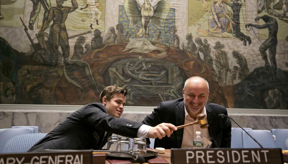 TOK KLUBBA: Magnus Carlsen satte seg på plassen til FNs generalsekretær i Sikkerhetsrådet etter først å ha slått 15 deltakere i sjakk under et arrangement i New York. Her sammen med manageren Espen Agdestein. Foto: Pontus Höök / NTB scanpix