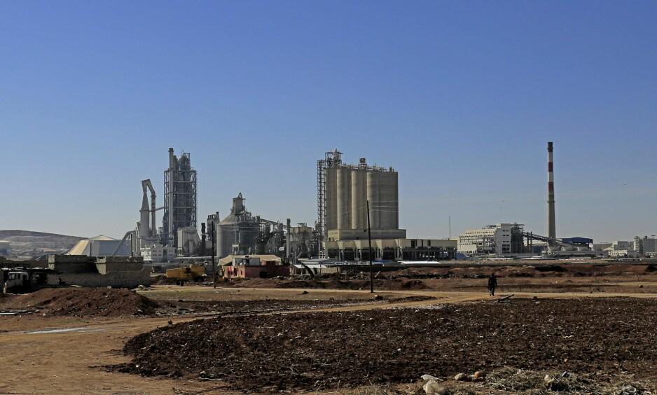 OMSTRIDT FABRIKK: Denne sementfabrikken i Nord-Syria er sakens kjerne. Ifølge anklagene betalte selskapet Lafarge IS for at sistnevnte skulle holde seg unna og la fabrikken fortsette driften på tross av krigshandlingene i nærheten. Foto: Delil Souleiman / AFP / NTB Scanpix