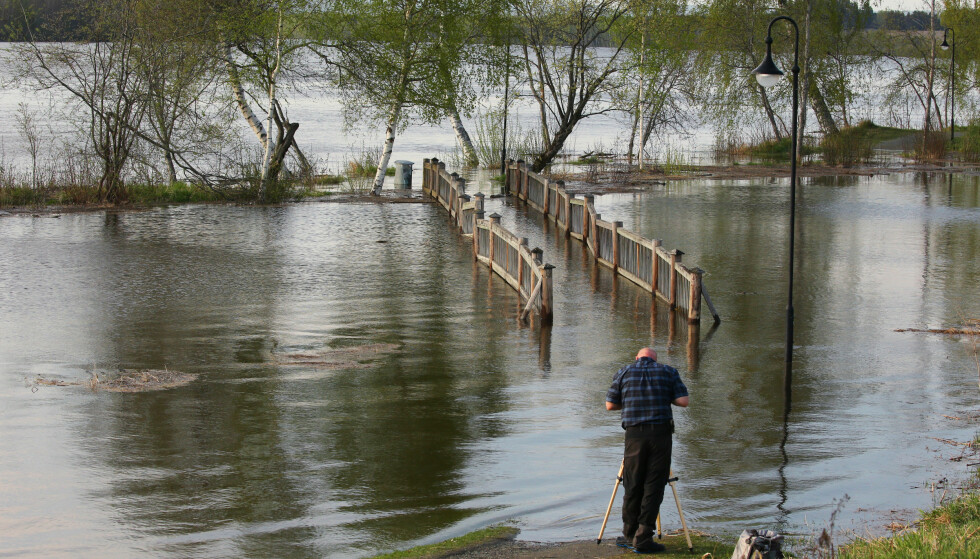 FØR DET BRAKER LØS FOR ALVOR: Vannet i Glomma stiger så Elvekroa på Årnes sør for Mjøsa i går var fanget av vann. 17. mai er Mjøsa full. Foto: Ørn E. Borgen, NTB Scanpix.