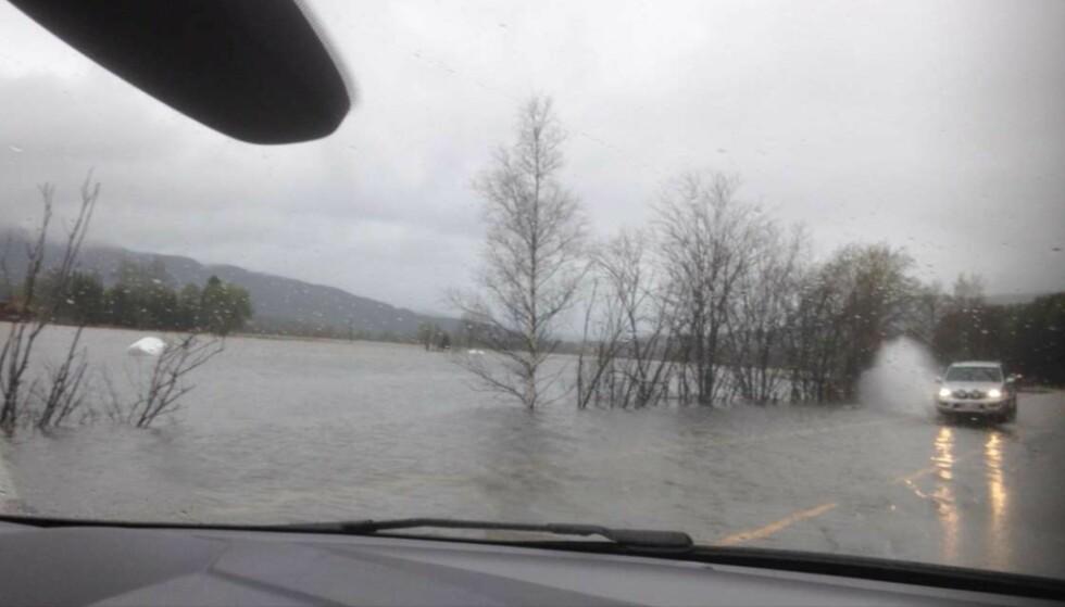 FARLIG: Veiene langs Glomma mellom Koppang og Rena er nå sperret på grunn av flommen. Foto: Privat
