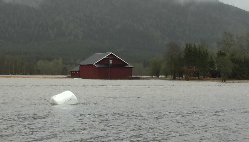 OVERSVØMMET: Bildet er tatt i Stor-Elvdal fredag ettermiddag, og viser elv der det før var et jorde. Foto: Lars Espen rath Vestad