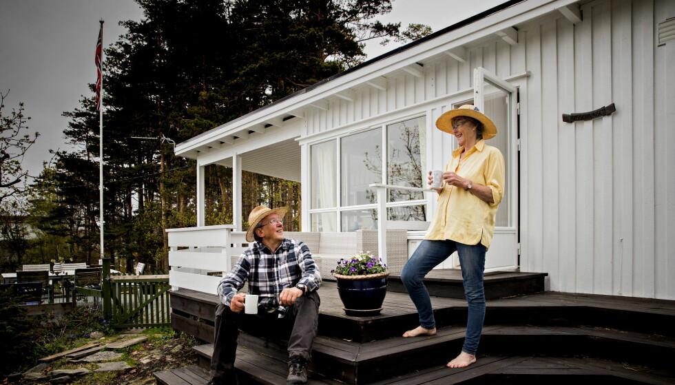 VERDT PRISEN: Marianne Juell Skaug og ektemannen Robin Skaug mener hver eneste krone som legges i familiehytta på Hvasser er verdt pengene. Ifølge Juell Skaug hadde det vært meningsløst å selge. Foto: Bjørn Langsem