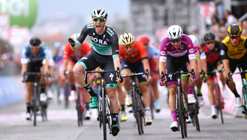 SEIERSBRØL: Sam Bennett jubler etter å ha spurtslått Elia Viviani og resten av spurterne i Giro d'Italia. Foto: Justin Setterfield/Getty Images