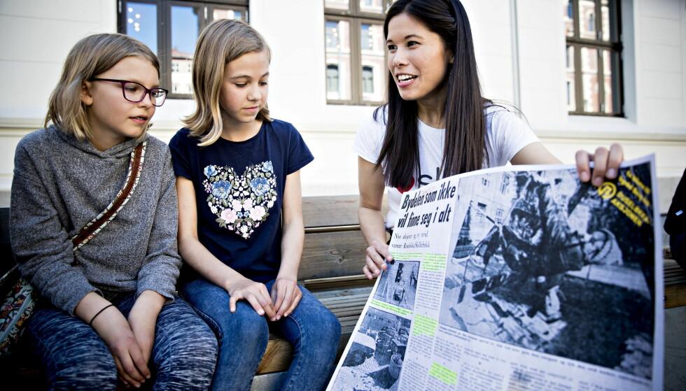 RUSELØKKA: Berg viser frem klippet fra Dagbladet 1975 om beboeraksjonen på Ruseløkka. Foto: Bjørn Langsem / Dagbladet