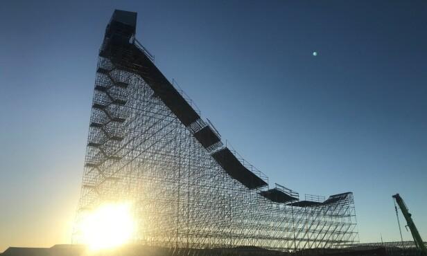 GIGANTISK: Det 61 meter høyte Big Air-stillaset er oppført på Fornebu. Foto: Paal Alme