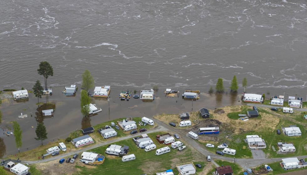 INGEN FRISKE MIDLER: Frognerstrand camping i Årnes ved Glomma ble hardt rammet av flommen tidligere i mai. Regjeringen kommer imidlertid ikke med friske midler til flomsikring i revidert nasjonalbudsjett. Foto: Heiko Junge / NTB scanpix