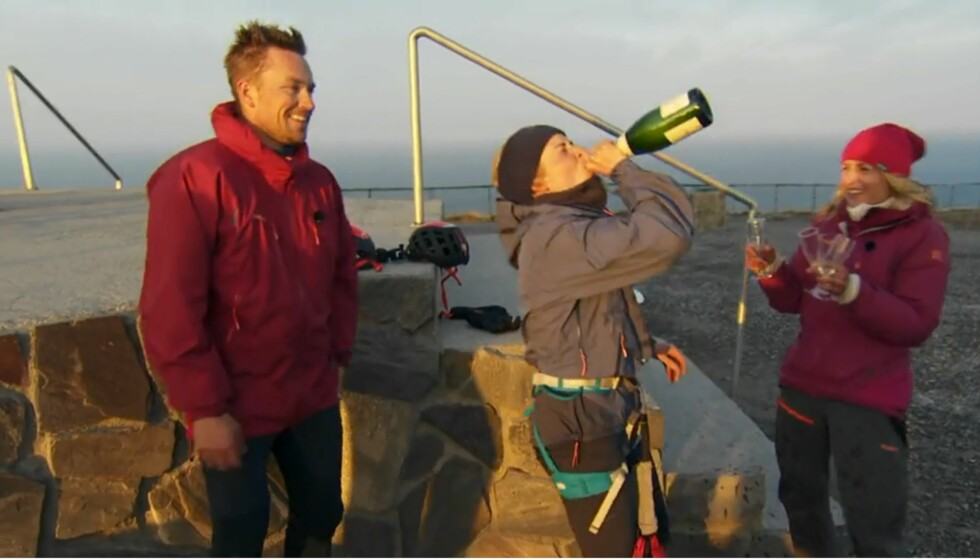 JUBEL: Marthe Kristoffersen stakk av med seieren i årets sesong av «71 grader nord - Norges tøffeste kjendis». Det ble feiret med et jubelbrøl og champagne. Foto: Discovery