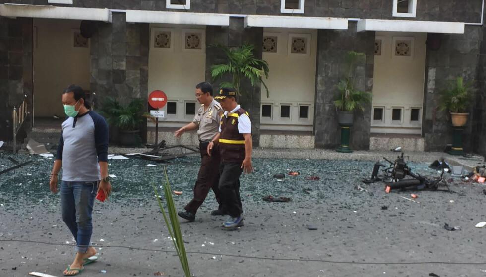 ANGREP: Knust glass ligger strødd på gaten utenfor Santa Marta-kirken i Surabaya, en av flere kirker som søndag morgen ble angrepet av selvmordsbombere. Foto: Trisnadi / AP / NTB scanpix